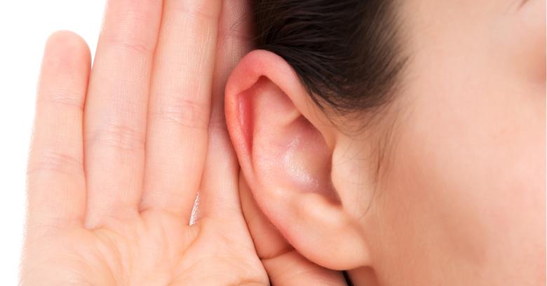 「I'm all ears」の意味は「聞く準備OK」。使い方を解説!